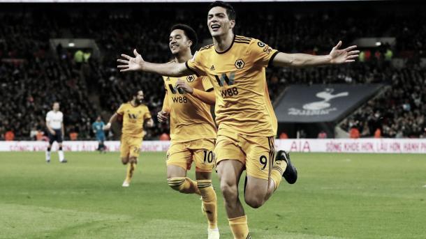 Jiménez y el gol para el 2-1. Foto: Premier League.