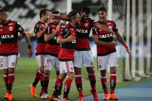 Jogadores comemoram gol de Dourado (Foto: Gilvan de Souza/Flamengo)