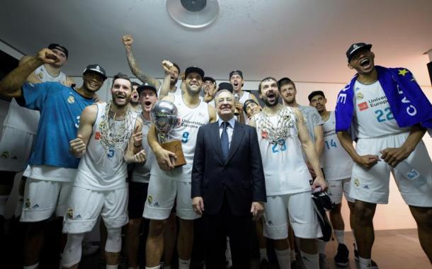 Los jugadores celebrando la Liga con el presidente Florentino Pérez   Foto: ACB.com