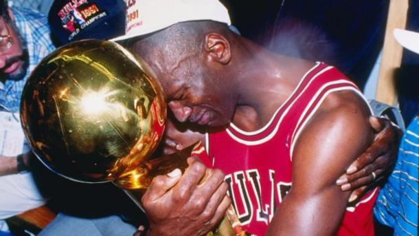 Michael Jordan tras ganar su primer anillo   Foto: NBA.com