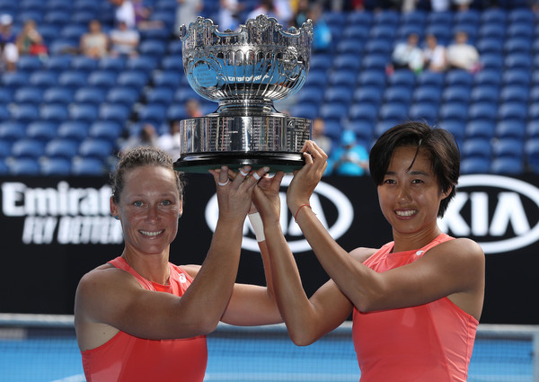 Stosur and Zhang with their Australian Open trophy | Photo: Mark Kolbe