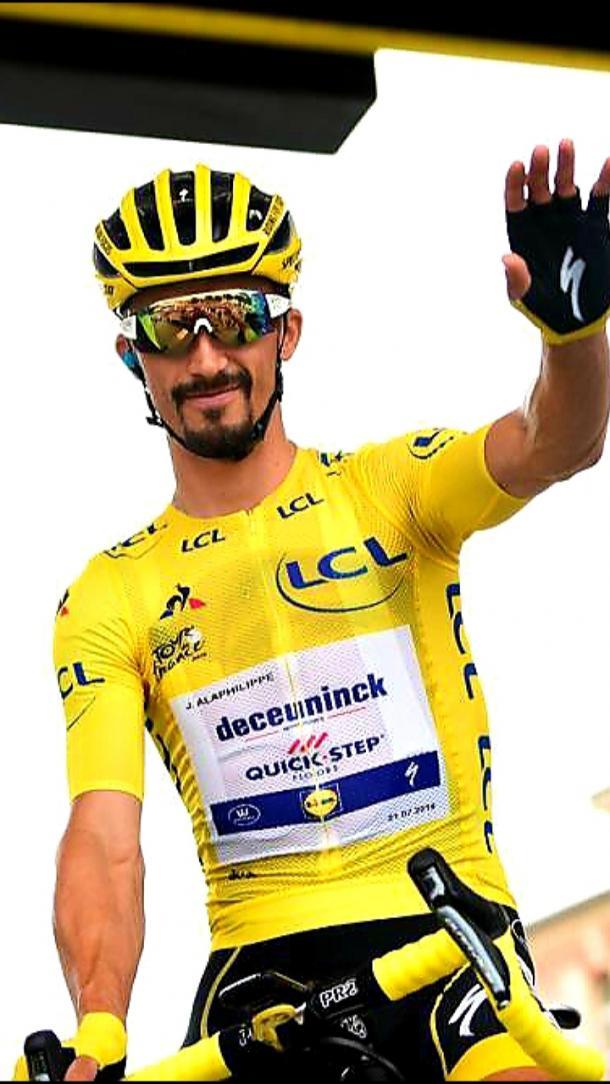Alaphilippe, con el maillot amarillo de Miguel Induráin.   Foto: LeTour