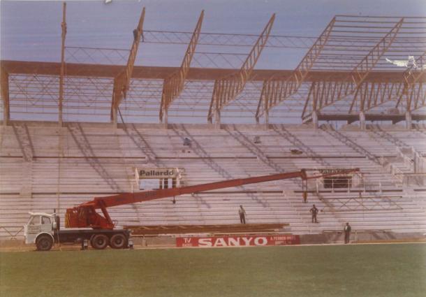 La instalación de la cubierta de la tribuna supuso la segunda y definitiva fase de la construcción del 'Estadio Ciutat de València' / Fuente: Levante Web Oficial