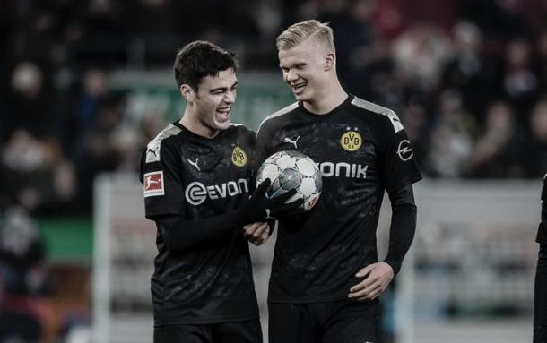 Gio Reyna e Erling Haaland contra o Augsburg. Fonte: reprodução @BVB