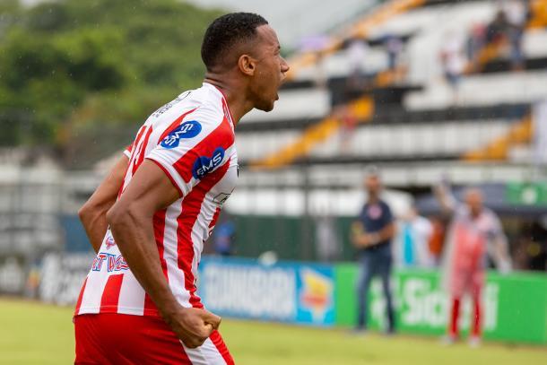 Juliano celebra seu primeiro gol com a camisa do Bangu, em partida contra o Resende