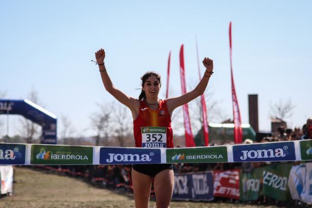 Ángela Viciosa llegando a meta en el Campeonato de España de Campo a Través. / Foto: TrackMedia.