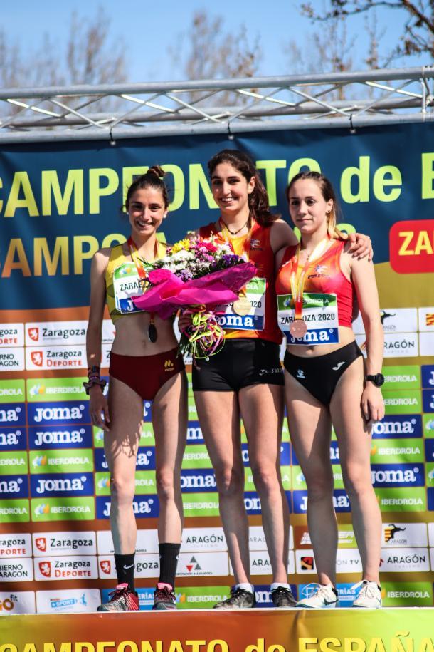 Ángela Viciosa (En el medio) tras su victoria en Zaragoza. / Foto: TrackMedia.