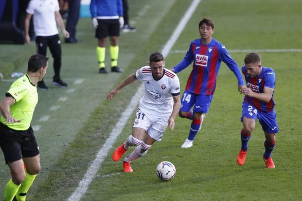 Kike Barja conduce el balón perseguido por dos jugadores del Eibar. Fuente; Osasuna