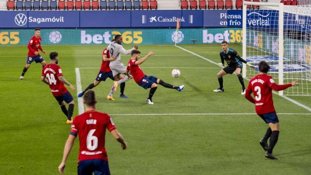 Iñaki Williams peleando un balón en el área contra el Osasuna. Fuente: Athletic Club
