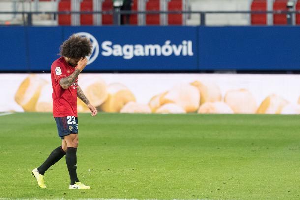 Aridane se marcha del terreno de juego cabizbajo. Fuente: Osasuna