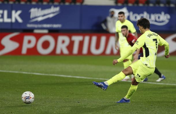 Joao Félix golpea el balón. Fuente: Atleti