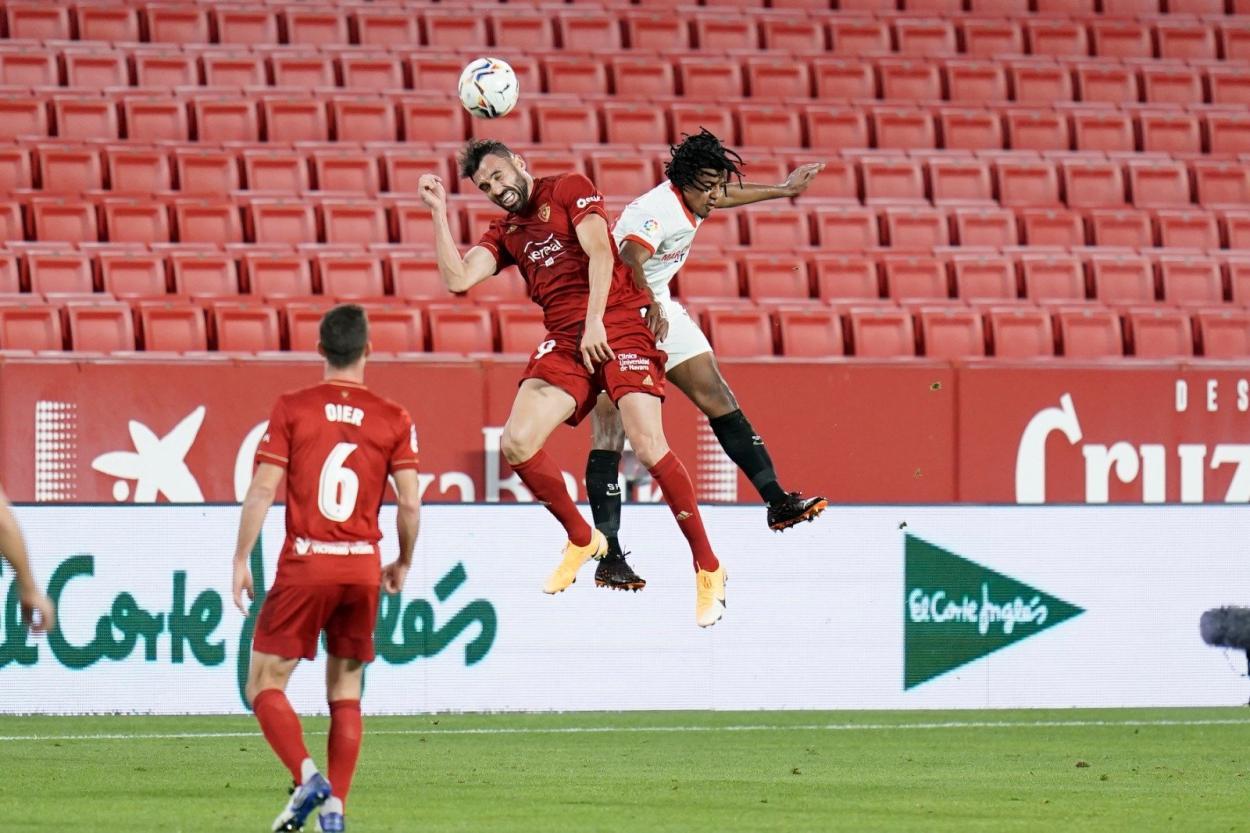 Enric Gallego pelea un balón de cabeza. Fuente: Sevilla FC