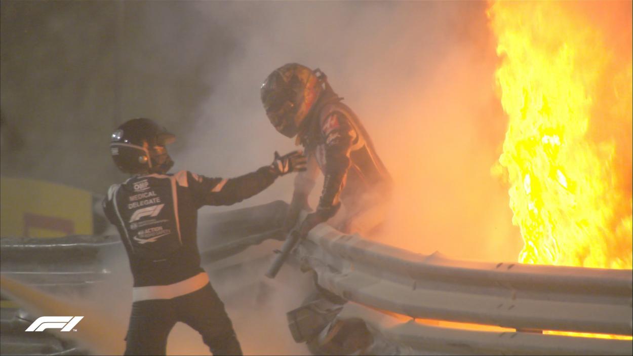 Grosjean saliendo de entre las llamas. Fuente: F1