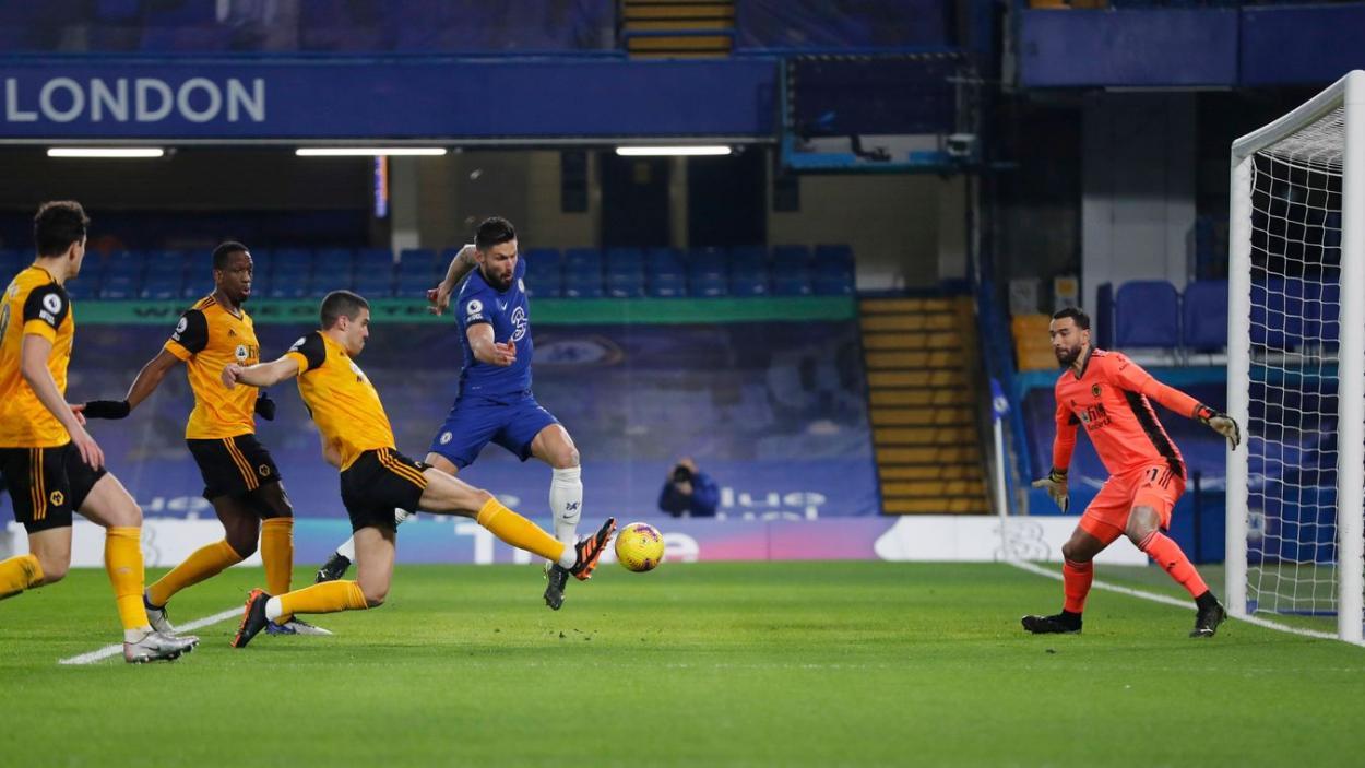 Ocasión de Giroud ante la poblada defensa del Wolverhampton. Fuente: Premier League