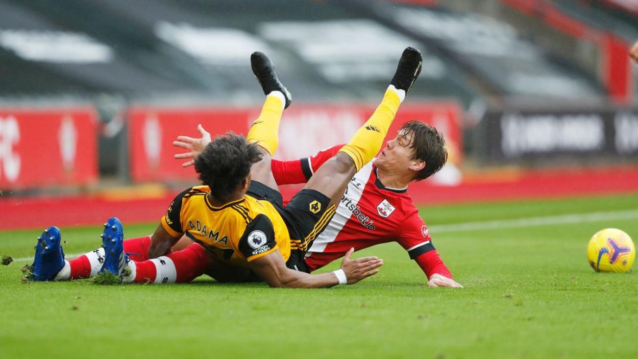 Vestergaard y Adama luchando por el balón en los primeros instantes.