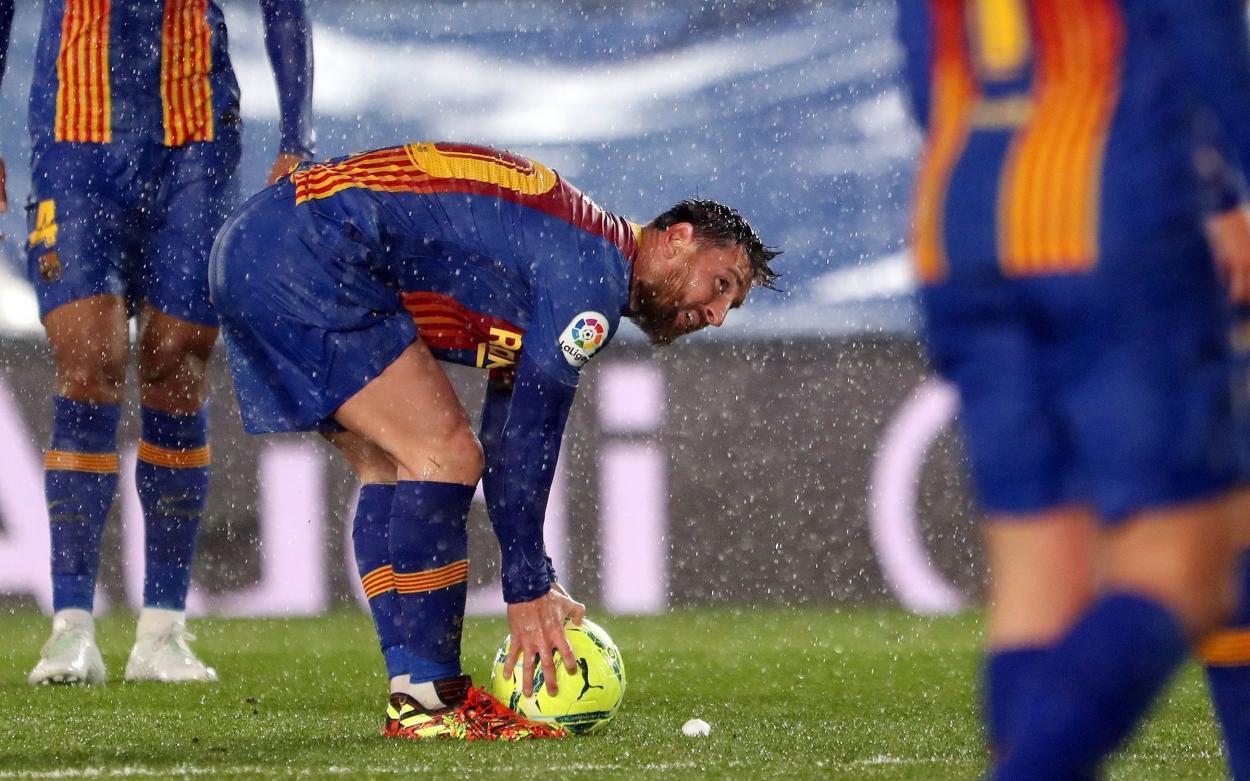 Leo Messi preparándose para lanzar una falta. | Foto: Miguel Ruíz