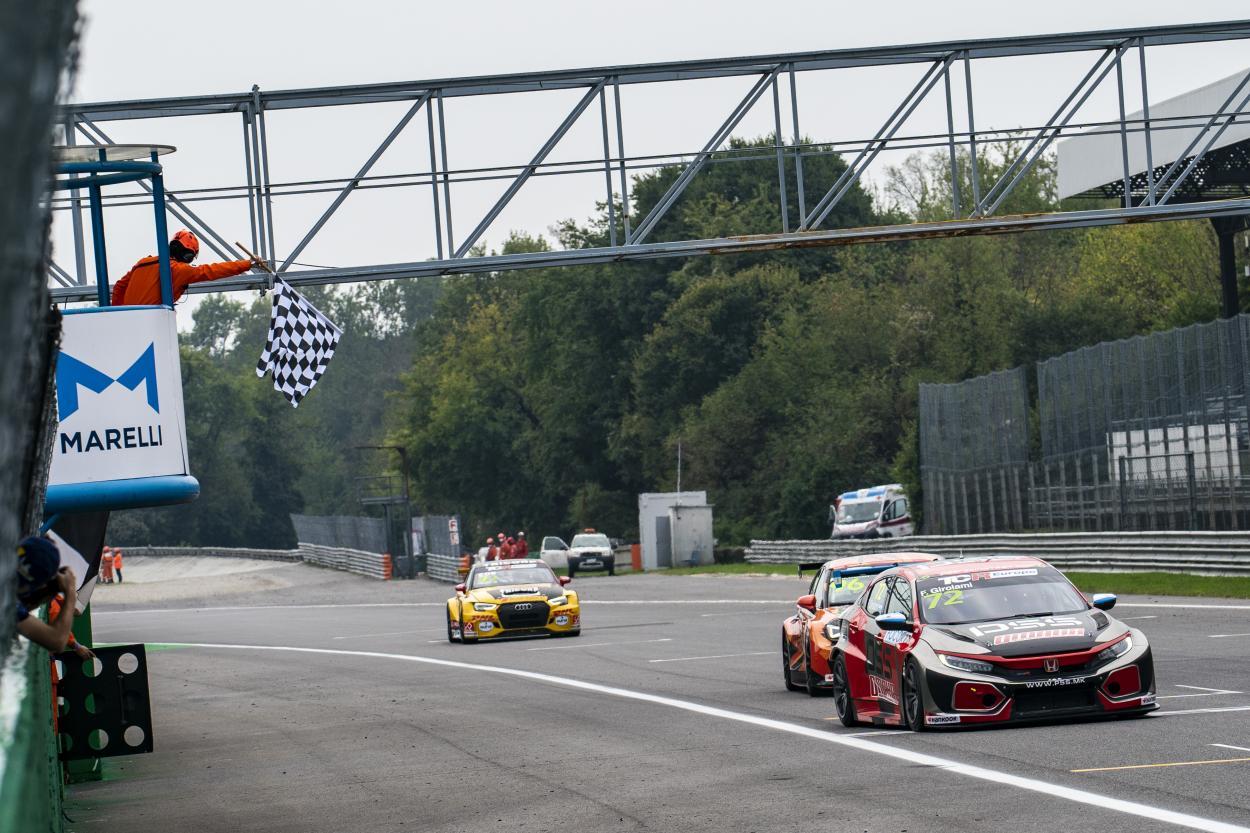 Girolami recibiendo la bandera a cuadros en la carrera 1: Foto TCR Europe