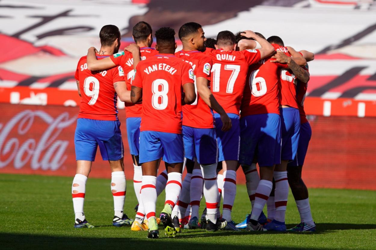 Los jugadores del Granada celebran el gol a la Real / Foto: Pepe Villoslada / Granada CF.