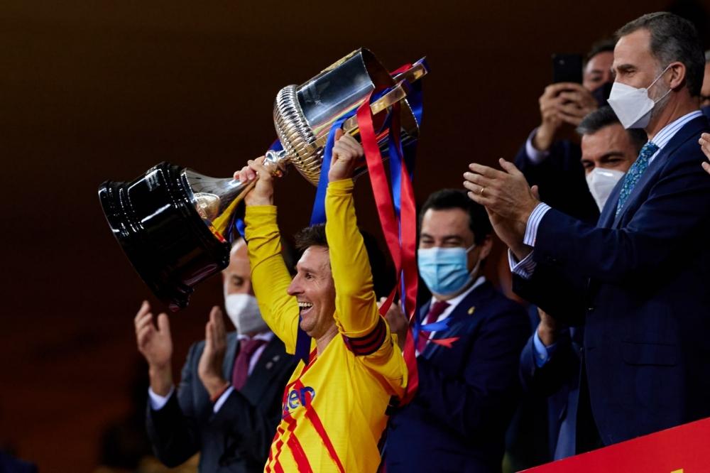 Lionel Messi, o capitão, com a taça (Foto: Divulgação/ Barcelona)