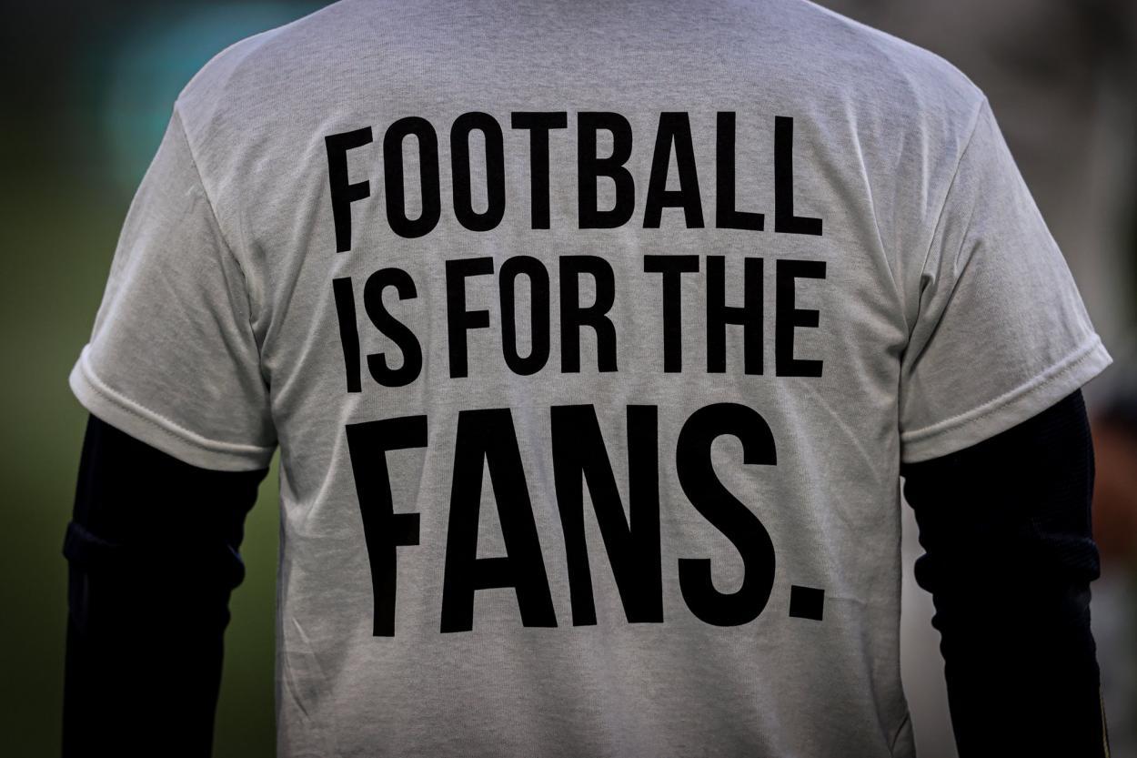Los jugadores del Leeds lucieron este poderoso mensaje ante el Liverpool. /Twitter: