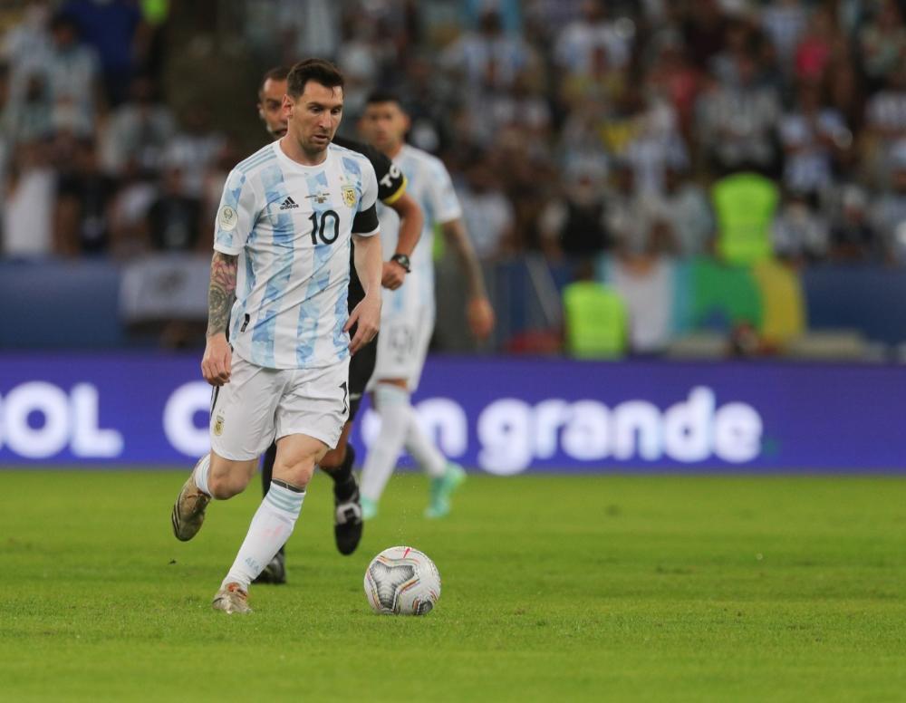 Messi carregando a bola durante a partida (Foto: Divulgação/Argentina)