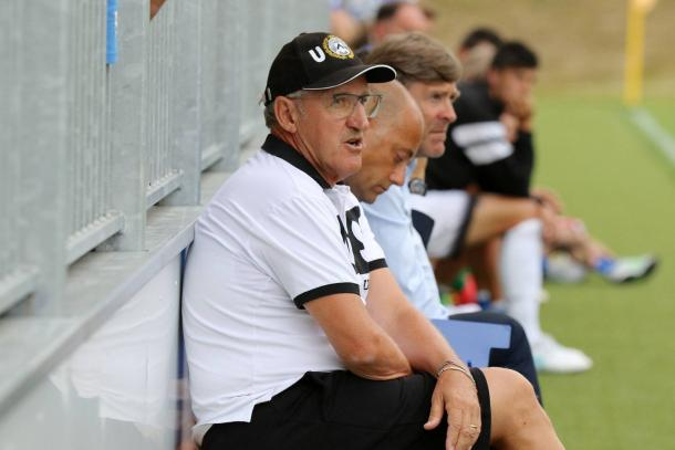Mister Delneri con Gerolin. Fonte: www.facebook.com/UdineseCalcio1896