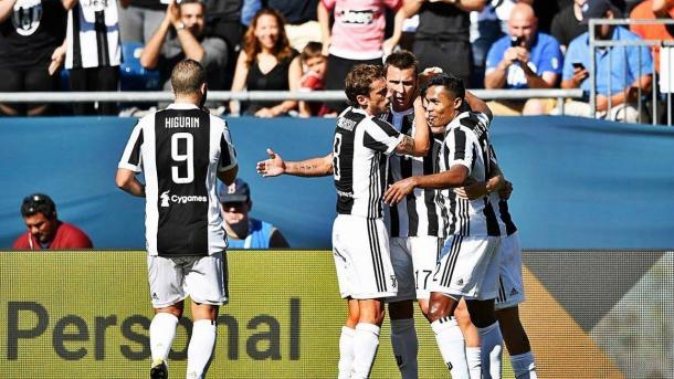 I compagni festeggiano Mario Mandzukic, in gol nella partita estiva contro la Roma. | YouTube.