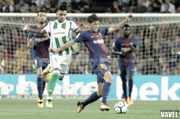Nahuel pugna el balón con Sergi Roberto en el partido de ida | Foto: Ernesto Aradilla - VAVEL