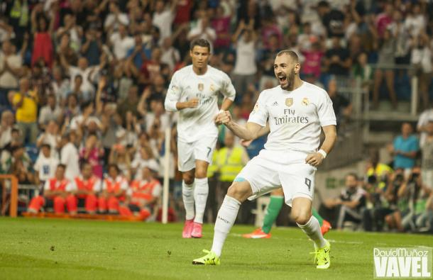 Benzema celebra un gol. Por detrás, Cristiano corre a abrazarle | Foto: David Muñoz, VAVEL España