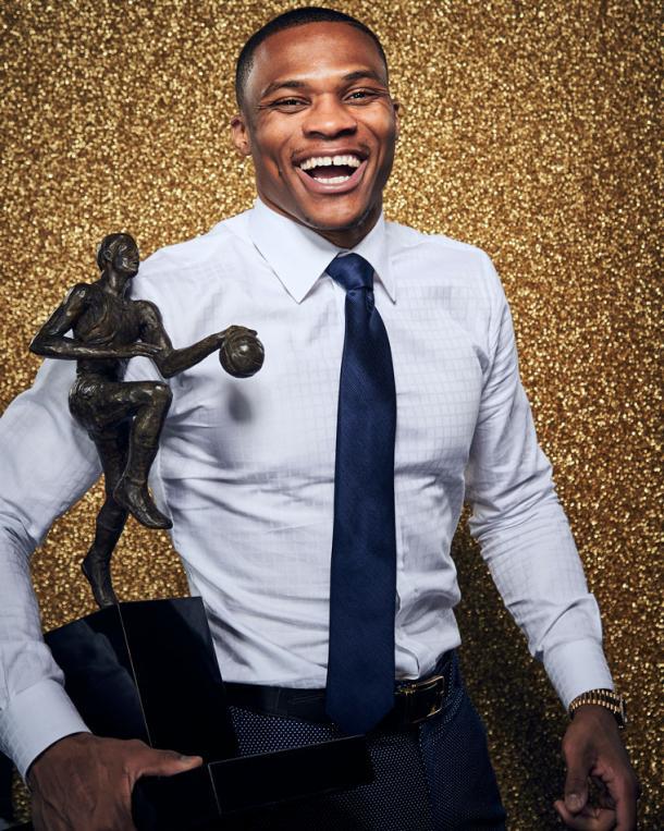 Russell Westbrook posa con su trofeo MVP