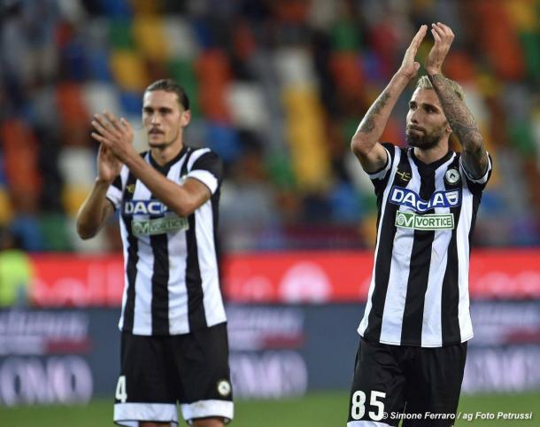 Behrami e Angella applaudono il pubblico del Friuli. Fonte: Fonte: www.facebook.com/UdineseCalcio1896