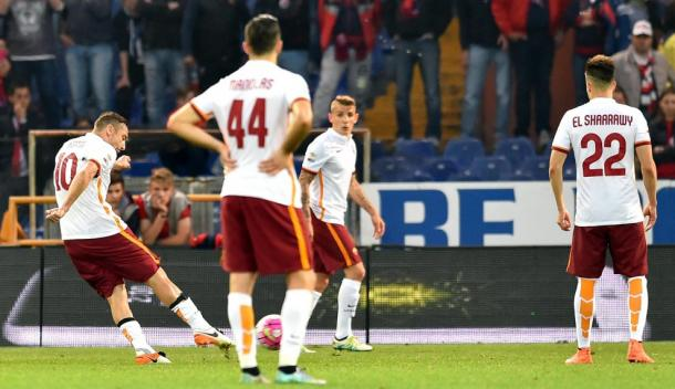 Francesco Totti è giunto all'ultima pagina della sua storia in giallorosso. Lo scorso anno, andò a segno su punizione proprio contro il Genoa. Fonte foto: repubblica.it