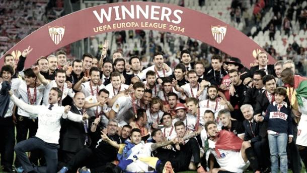 El equipo celebra la victoria en la Europa League 2013/14 | Foto: UEFA