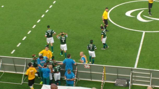Jogadores brasileiros comemorando gol de Ricardinho | Foto: Pedro Henrique Guimarães/VAVEL Brasil)