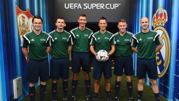 Clattenburg con su equipo antes de Super Copa de Europa. Foto: UEFA