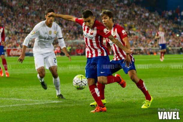 Correa dispara ante Varane/Foto:Vavel