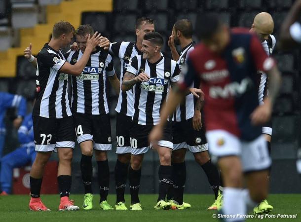 La squadra esulta dopo il gol vittoria al Genoa. Fonte: www.facebook.com/UdineseCalcio1896