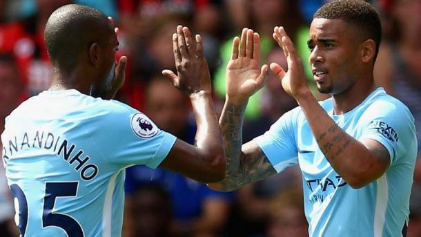 Gabriel Jesus e Fernandinho festeggiano il gol dell'1-1 momentaneo contro il Bournemouth. | 365dm.com
