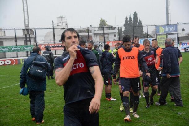 Besando el escudo de Tigre se retiraba el pato del partido -clásico- vs. Chacarita (fuente: Club Atlético Tigre)