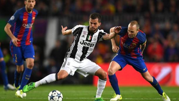 Pjanic duella con Iniesta in un duello dallo 0-0 della scorsa stagione al Camp Nou. | corrieredellosport.it