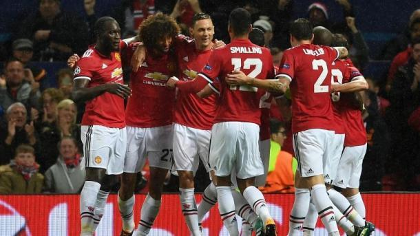 L'abbraccio dei compagni a Fellaini dopo il gol del vantaggio | theguardian.com