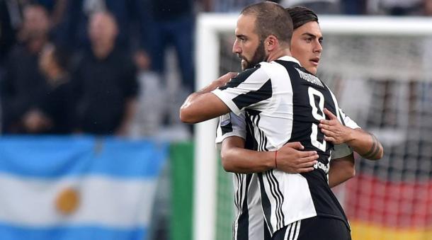 Un abbraccio fra Higuain e Dybala durante la partita vinta sabato scorso contro il Chievo. | corrieredellosport.it