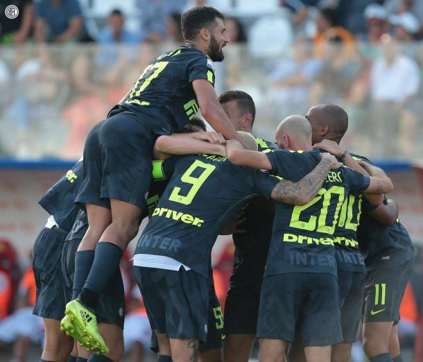 La squadra esulta per uno dei gol contro il Crotone. Fonte: http://www.fcinter1908.it