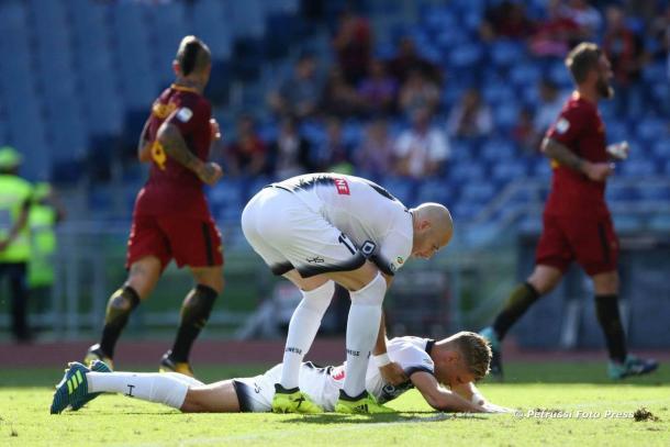 Nuytinck (27) rialza Larsen (26) dopo il liscio del 3-0 con la Roma. Fonte: www.facebook.com/UdineseCalcio1896