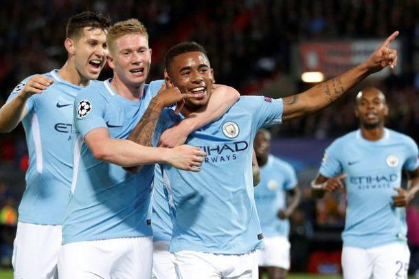 Un'altra foto dalla notte del De Kuip con protagonisti i giocatori del Manchester. | mirror.co.uk