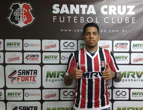 Lateral-esquerdo Yuri, contratado junto ao Botafogo, deve estrear no Mais Querido (Foto: Rodrigo Baltar/Santa Cruz)