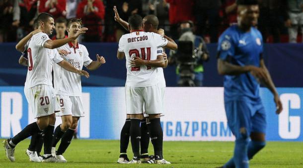 I giocatori del Siviglia esultano dopo il 4-0 rifilato alla Dinamo Zagabria (Fonte foto: UEFA.com)
