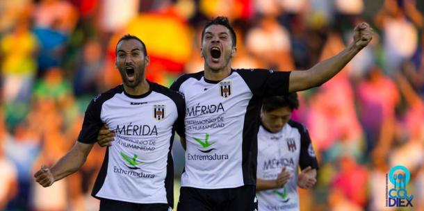 Celebración de la victoria en el derbi ante el Badajoz de Paco Aguza, en la derecha, con Santi Villa, en la izquierda | Imagen: José María Colomo (Vavel.com)