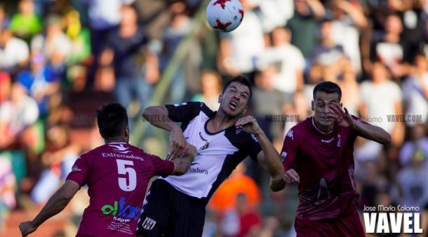 Paco Aguza, en el centro de la imagen, disputa el balón ante dos rivales