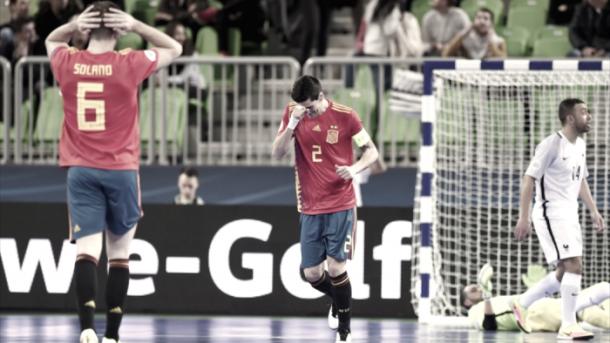 Ortiz y Solano se lamentan de una ocasión fallada   Foto: UEFA.com